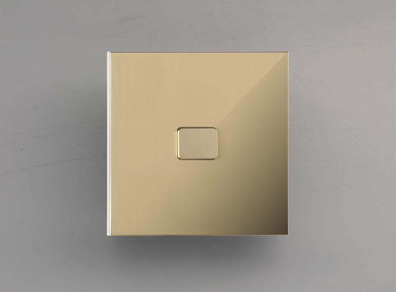 edo_luxonov_pushbutton_mirror-brass_lm